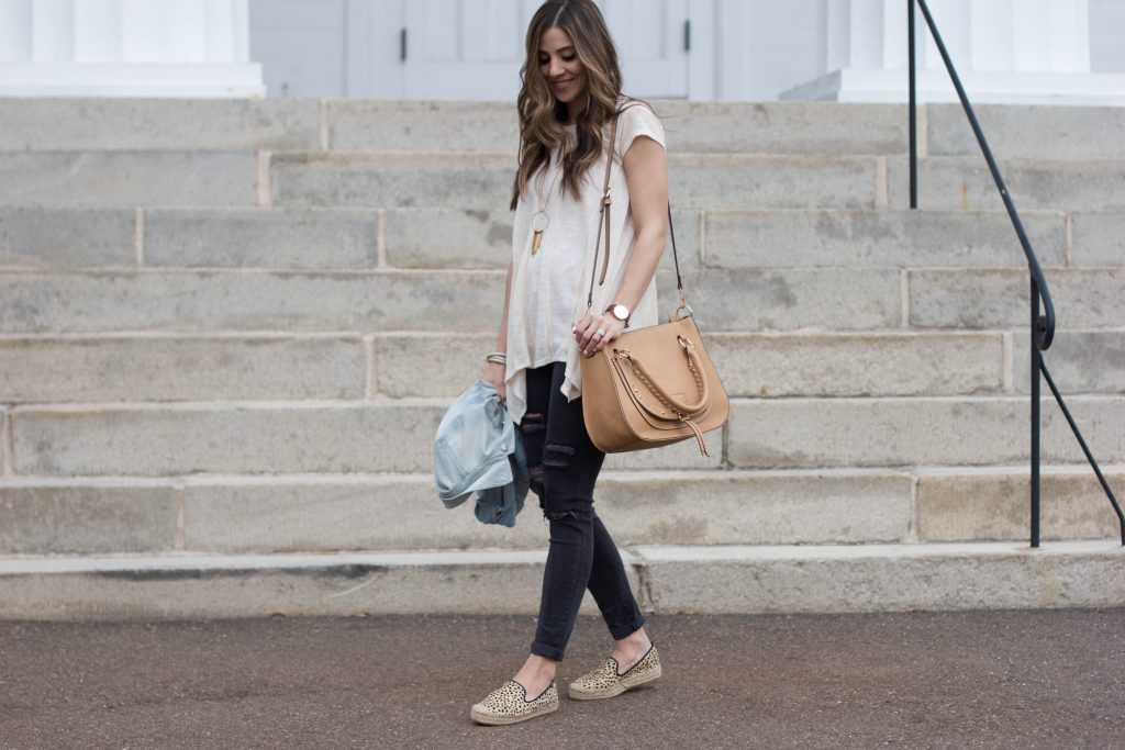 Lauren McBride - The perfect casual spring outfit that's nursing friendly and mom friendly, with distressed black skinny jeans and leopard Soludos