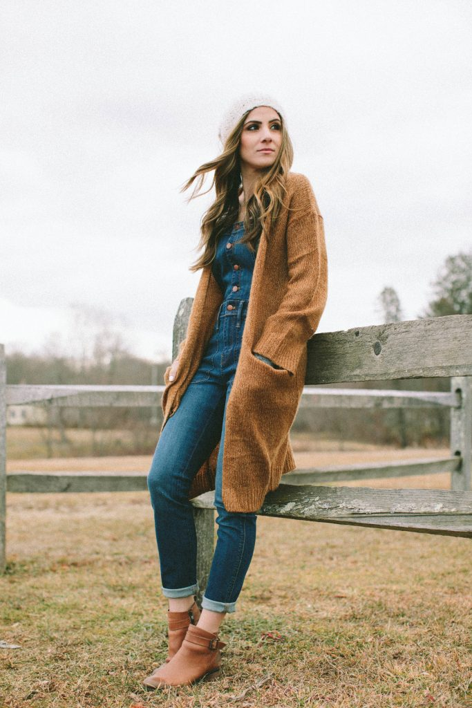 This overall outfit is great for moms thinking of trying the trend!
